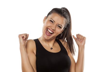 mujeres morenas: Muy feliz mujer joven y bella de piel oscura que hace gesto del ganador