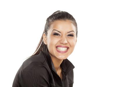 mujeres morenas: mujer feliz mostrando sus hermosos dientes blancos