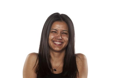 mujeres morenas: mujer bonita de piel oscura joven sin maquillaje sonriendo