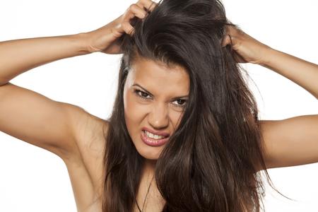 belle jeune latina a démangeaisons du cuir chevelu Banque d'images