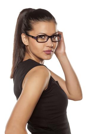 mujeres fashion: mujer joven con gafas