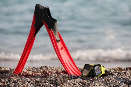flippers: aletas y máscara de buceo en una orilla guijarrosa Foto de archivo