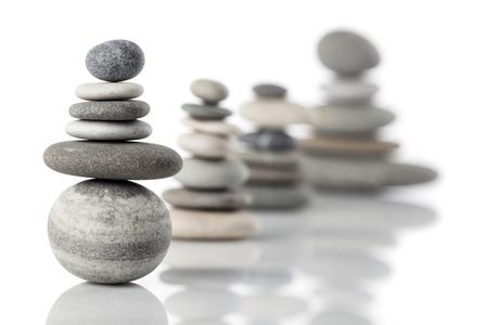 Gruppo di pile equilibrate di diverse pietre di fiume Archivio Fotografico - 65729922