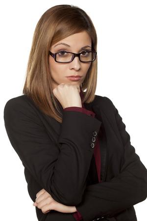 desconfianza: Mujer de negocios preocupados con las lentes que miran con desconfianza sobre un fondo blanco Foto de archivo