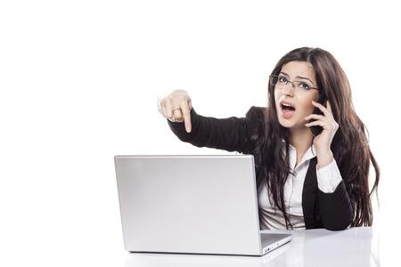 Buena chica quejándose de su computadora portátil defectuosa por teléfono