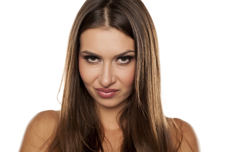desconfianza: retrato de una mujer hermosa ceño con una mirada escéptica Foto de archivo