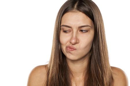 desconfianza: mujer joven que mira con recelo a un lado