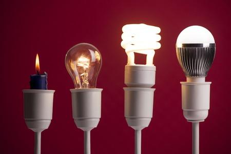 El progreso de la iluminación con velas, tungsteno, fluorescente y LED Foto de archivo - 70076098
