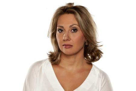 desconfianza: hermosa mujer de mediana edad que mira con desconfianza