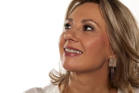 ブレースを有する中年女性を笑顔