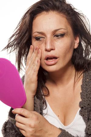 Femme désordonnée désordonnée se regardant dans le miroir Banque d'images