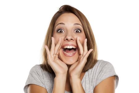 femme heureuse hurlant avec les mains à côté de la bouche