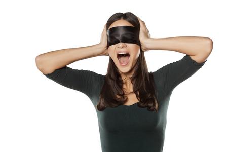 ojos vendados: desesperada joven que grita la mujer con los ojos vendados