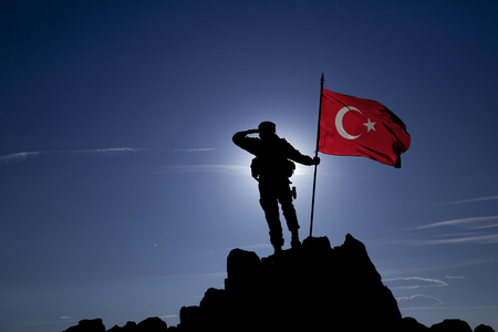 soldier on top of a mountain with a Turkish flag Foto de archivo