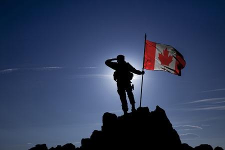 Soldat auf dem Berg mit der kanadischen Flagge