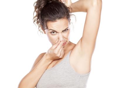 Atractiva chica está disgustada por sus axilas sudorosas Foto de archivo