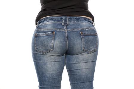 흰색 배경에 청바지에 뚱뚱한 여자의 후면보기