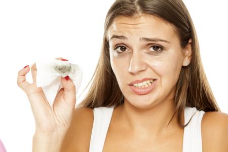 jonge mooie vrouw make-up verwijderen uit haar gezicht