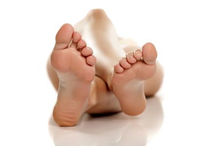weibliche Füße auf weißem Hintergrund Standard-Bild