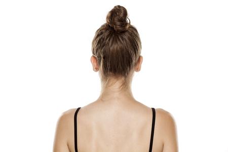 vue postérieure, de, jeune femme, à, chignon, blanc, fond
