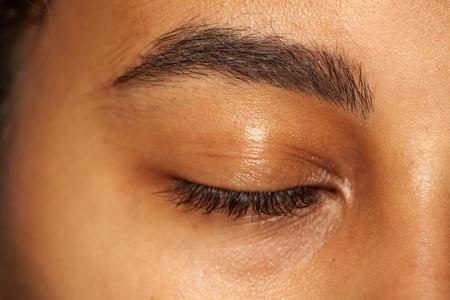 naturalna brew i zamknięte oko bez makijażu ciemnoskórej kobiety Zdjęcie Seryjne
