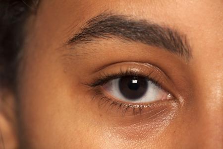 natuurlijke wenkbrauw en oog zonder make-up van een vrouw met een donkere huidskleur