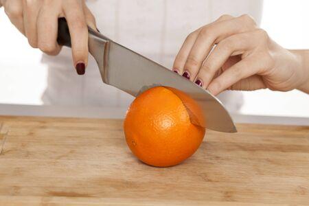 cutting the orange on the board Standard-Bild - 128575885