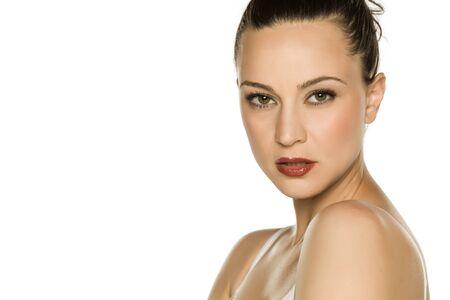 Ritratto di giovane e bella donna su sfondo bianco