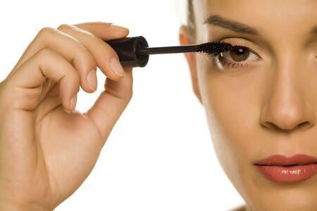 woman applying mascara on her eyelashes Zdjęcie Seryjne