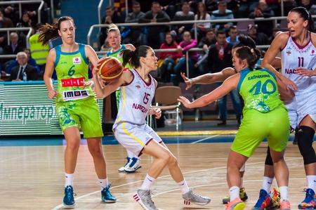 "ORENBURG - 3. Dezember: Spiel der Euroleague Basketball FIBA ??Frauen ""Nadezhda"" (Gebiet Orenburg) - ""Imos Brno"" (Tschechien) 3. Dezember 2014 in Orenburg, Orenburg, Russland Standard-Bild - 34587762"