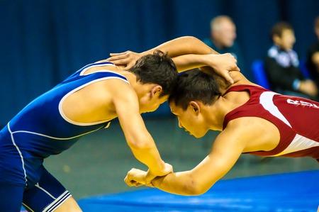 ORENBURG, Orenburg, Russland - 30. Oktober 2014: Zwei Kämpfer auf All-Russland-Turnier Wrestling für die Preise der Gouverneur von Orenburg Oblast
