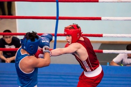 luitenant: Orenburg, Russia - 1 may 2015: Fight boxers on All-Russian tournament in boxing among Juniors 1997-98 born in memory of Lieutenant Colonel of militia who died tragically A.T. Kayumova Redactioneel