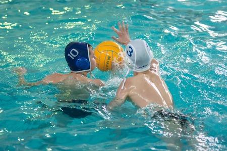 waterpolo: Orenburg, Rusia - 06 de mayo 2015: Los ni�os juegan en el torneo de polo acu�tico de la ciudad Editorial