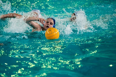 water polo: Orenburg, Rusia - 06 de mayo 2015: Los niños juegan en el torneo de polo acuático de la ciudad Editorial