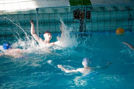 waterpolo: Orenburg, Rusia - 07 de mayo 2015: Los ni�os juegan en el torneo de polo acu�tico de la ciudad