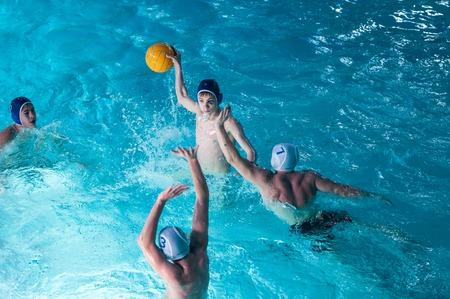 waterpolo: Orenburg, Rusia - 07 de mayo 2015: Los niños juegan en el torneo de polo acuático de la ciudad