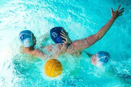 waterpolo: Orenburg, Rusland - 7 mei 2015: De jongens spelen in het waterpolo op de stad toernooi Redactioneel