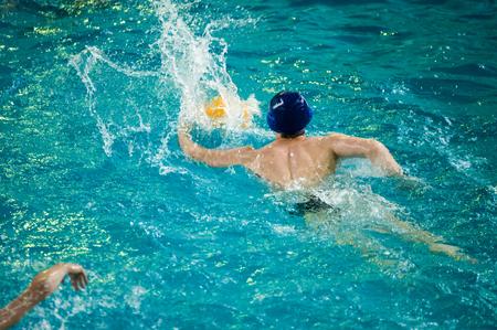 water polo: El waterpolo es un deporte acuático equipo