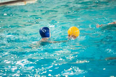 waterpolo: Orenburg, Rusia - 6 de mayo de 2015: Los niños juegan en el torneo de waterpolo de la ciudad