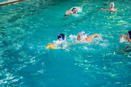 water polo: Orenburg, Rusia - 6 de mayo de 2015: Los niños juegan en el torneo de waterpolo de la ciudad