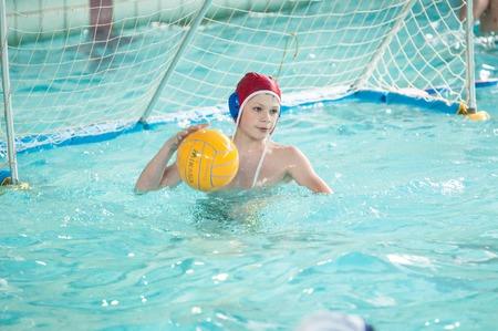 waterpolo: Orenburg, Rusia - 6 de mayo de 2015: Los ni�os juegan en el torneo de waterpolo de la ciudad