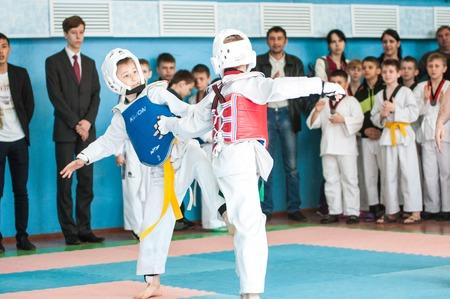 Orenburg, Rusia - 23 de abril 2016: Los chicos compiten en Taekwondo en la ciudad Campeonato Abierto de Orenburg entre los niños y niñas nacidos entre 2005 a 2007