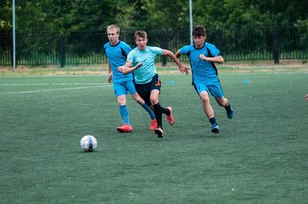 futbol infantil: Orenburg, Rusia - 9 de julio de 2016: Los niños juegan al fútbol en el torneo de la ciudad en el mini-fútbol entre los niños aficionado Entrenador de memoria en equipos Kolosova