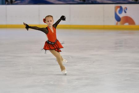 Orenburg, Russland - 20. Februar 2017 Jahr: konkurrieren Mädchen im Eiskunstlauf auf der Stadt-Meisterschaft Eiskunstlauf-Meisterschaften