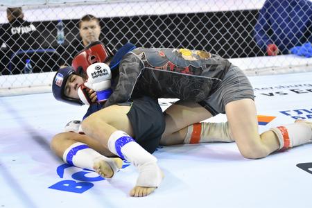 Orenburg, Rusia - 18 de febrero 2017 año: Los luchadores compiten en las artes marciales mixtas en el Campeonato de la región de Oremburgo en las artes marciales mixtas