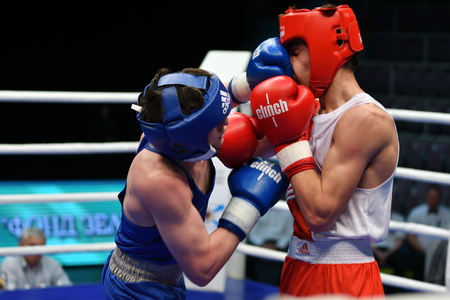 tough man: Orenburg, Russia-May 7, 2017 year: Boys boxers compete in the Championship of Russia in boxing among Juniors, born 1999-2000