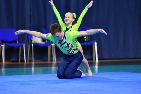 Orenburg, Rusia, 26-27 de mayo de 2017 años: Juniors compiten en acrobacia deportiva en el Open Championship en acrobacia deportiva