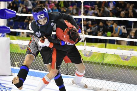 Orenburg, Rusia - 18 de febrero de 2017 año: Los combatientes compiten en artes marciales mixtas en el Campeonato de la región de Orenburg en artes marciales mixtas Editorial