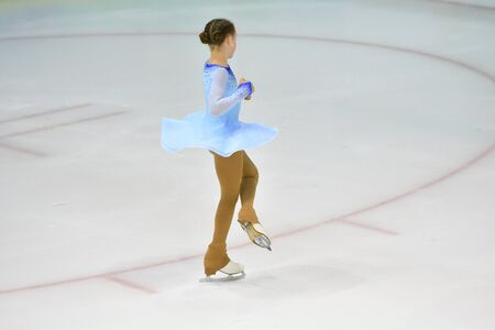 Girl skater skates on ice sports arena Banque d'images