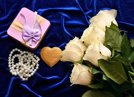 White roses and valentine's day gift on a blue background Standard-Bild - 137800003